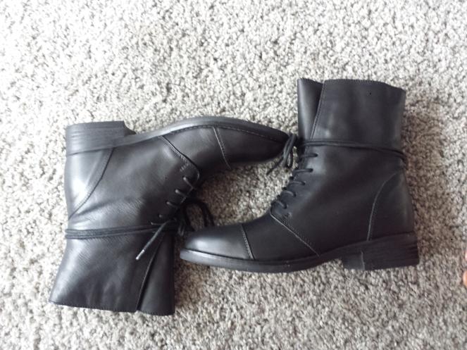 bottines à lacets noires.jpg